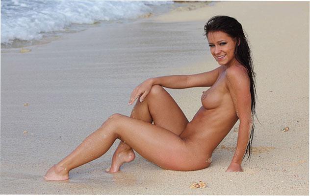 Kristina Walker и ее аппетитные формы на пляже